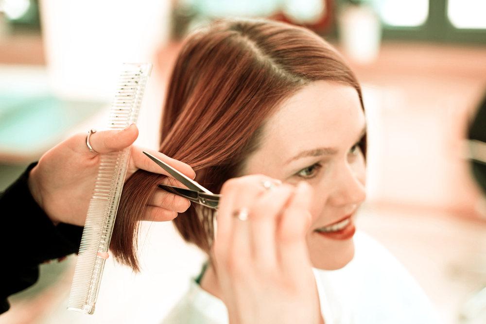 Tagliare i capelli serve a rinforzarli